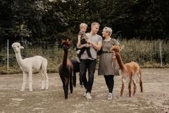 lapakatal-familienshooting-mit-alpakas-fotos-von-aline-egerding-fotografie01