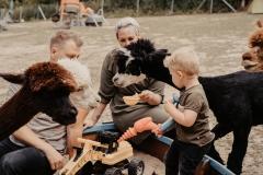 lapakatal-familienshooting-mit-alpakas-fotos-von-aline-egerding-fotografie03